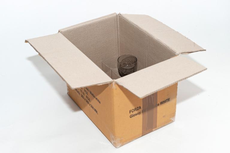 Pahvilaatikko esimerkki, jossa esineitä sisällä.